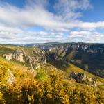 Panorama sur les Gorges du Tarn en Aveyron. Avec vue sur le Causse Méjean de la région des Grands Causses. Région classée au patrimoine mondiale de l'UNESCO pour son agropastoralisme.